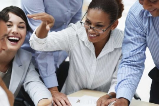 le-bonheur-au-travail-les-salaries-francais-disent-oui_4-3-734x551.jpg