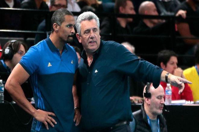 l-entraineur-de-l-equipe-de-france-claude-onesta-d-discute-avec-son-adjoint-didier-dinart-lors-de-la-golden-league-de-hand-face-aux-danemark-le-10-janvier-2016-a-paris_5503533.jpg